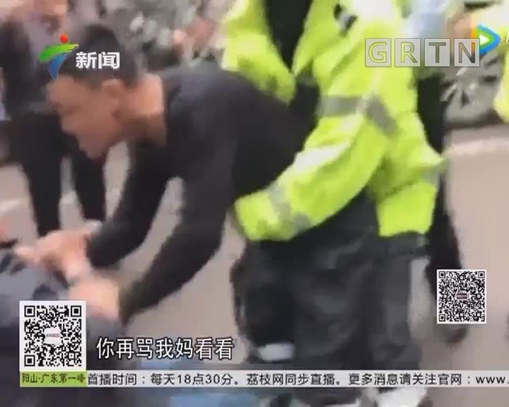 四川广元:辅警情绪失控 脱掉制服冲向路人大骂