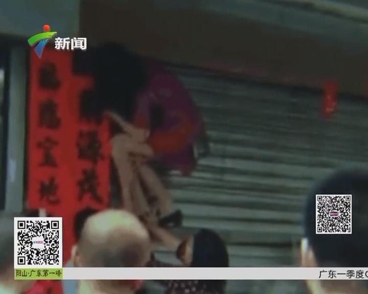 揭阳:女子被卡卷帘门 消防官兵紧急施救