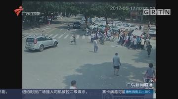惠州:面包车十字路口被撞侧翻 群众抬起2吨汽车救司机
