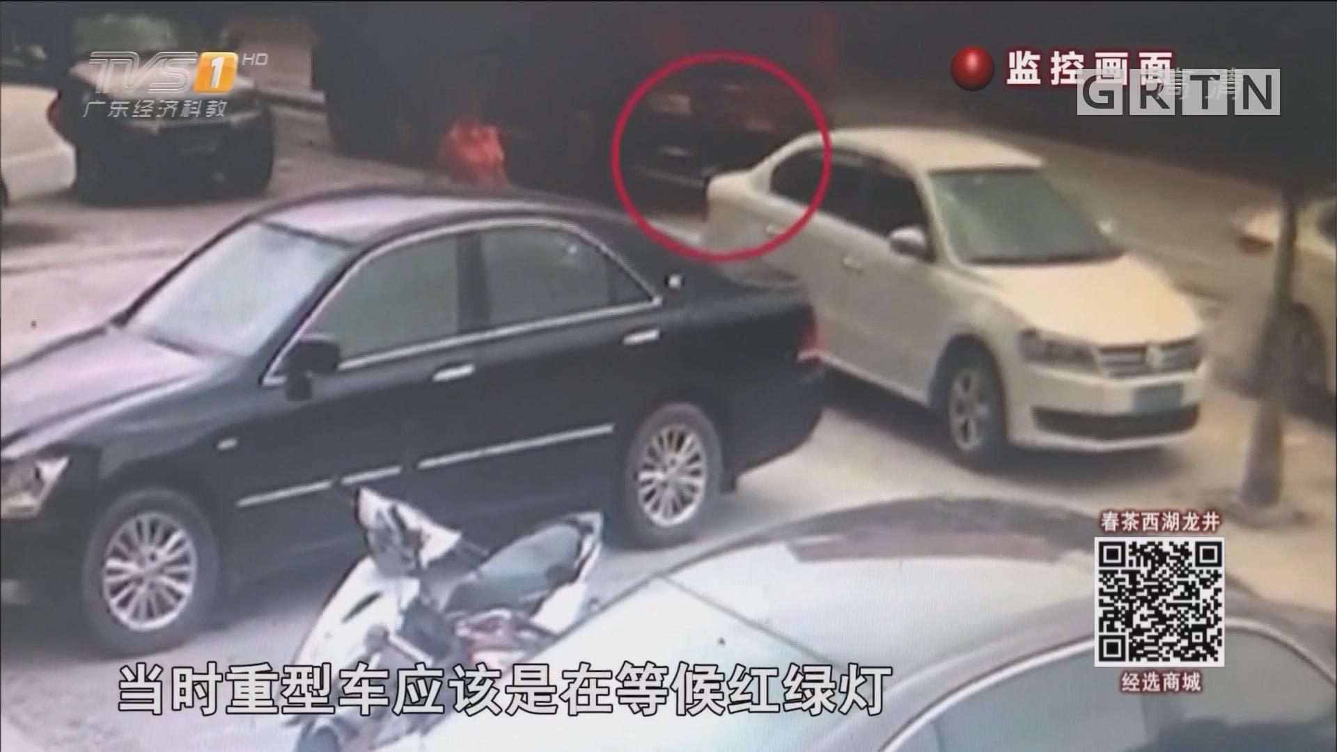 阿婆被卷车底 视频还原被撞过程
