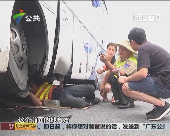 广州:大巴骑上护栏 交警路政紧急救援
