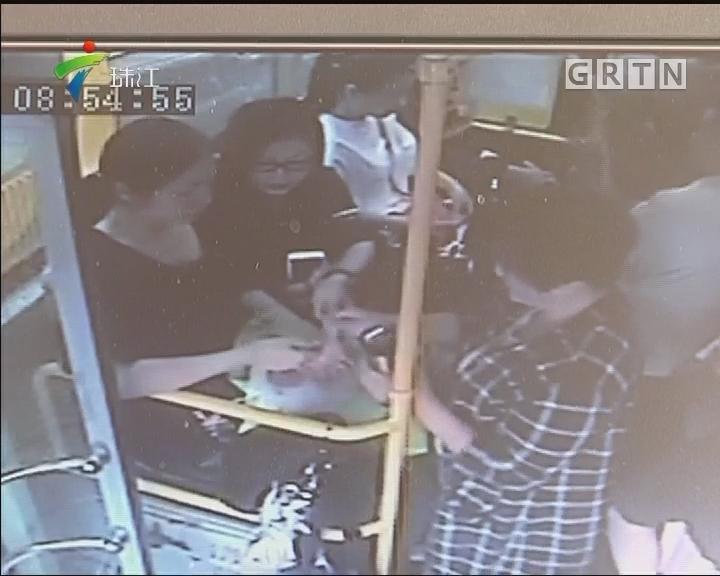 广州:暴雨围困公交 司机乘客联手救孕妇