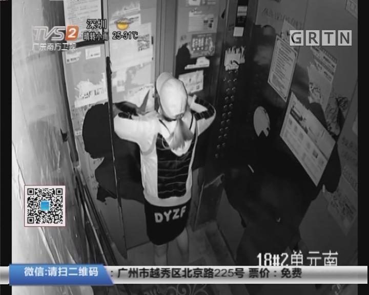 江苏:女子被困电梯 竟不按警铃徒手扳门