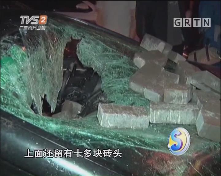 男子酒后砸车 民警迅速控制