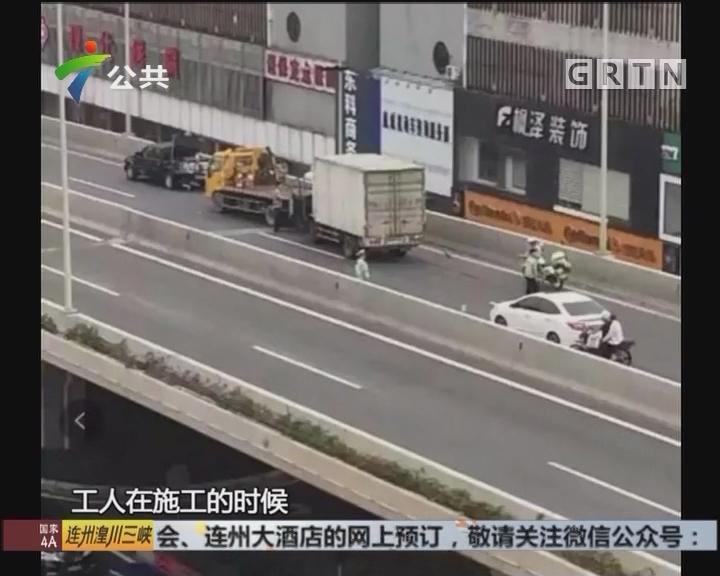 货车追尾工程车 施工工人桥上掉落