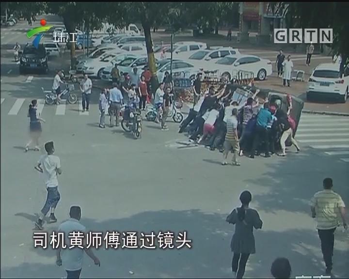 面包车路口侧翻 20名路人抬车救司机