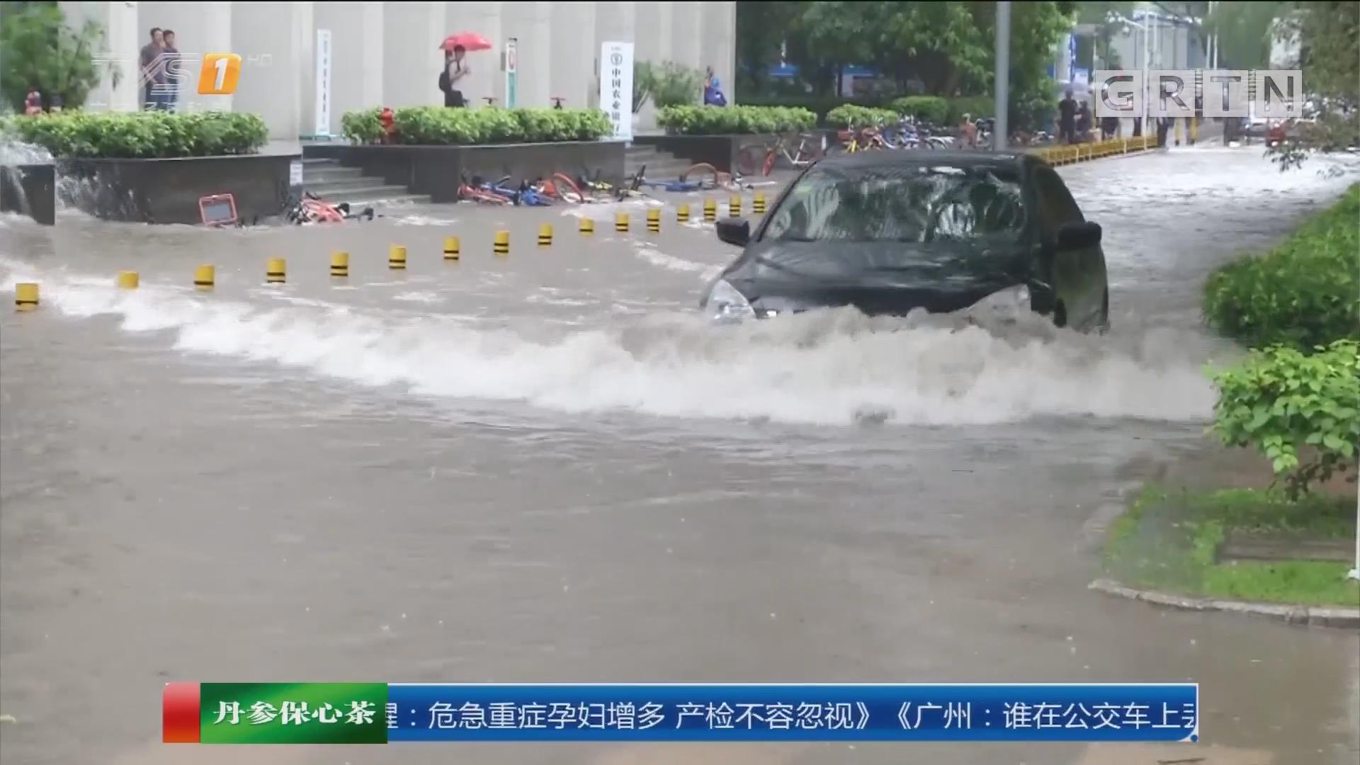 深圳:大雨来袭轿车熄火 众人水中推车