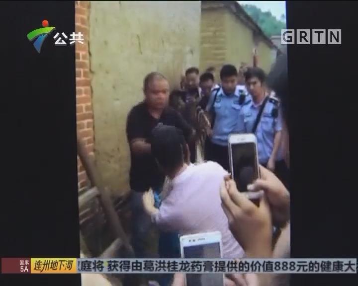 肇庆:七十斤大蟒蛇藏身屋顶 被抓后放生野外