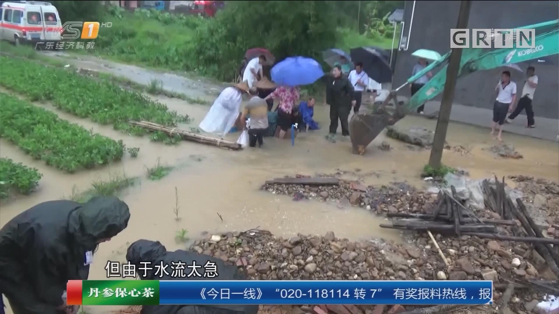 惠州龙门:老人被卡下水道 三次施援救出
