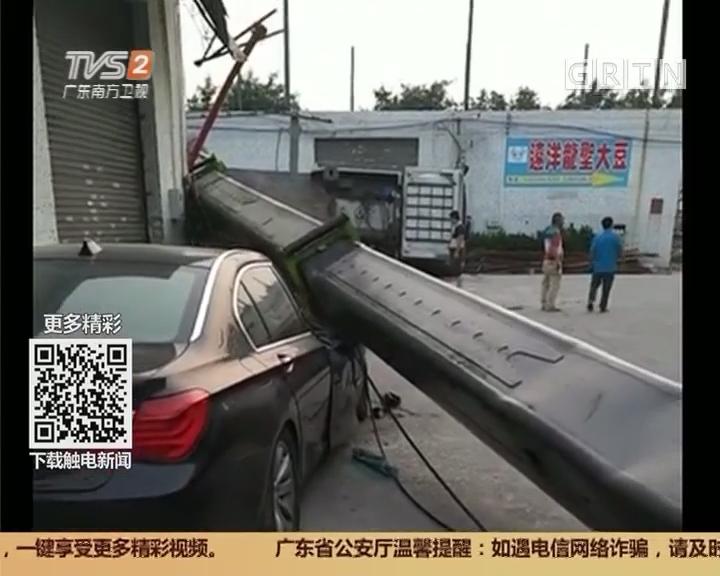 广州白云区:吊机翻侧 10米吊臂砸到两车