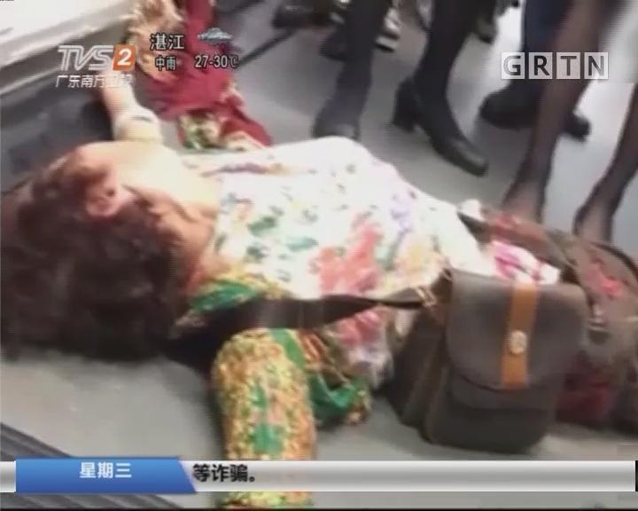 香港机场:飞往北京航班延误12小时 大妈躺地抗议