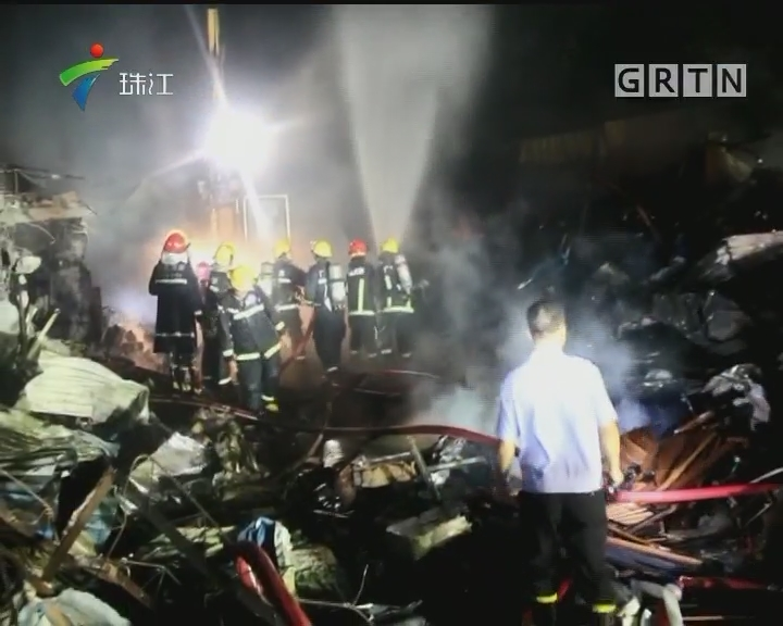 中山:家具厂突发火灾 消防员迅速扑灭