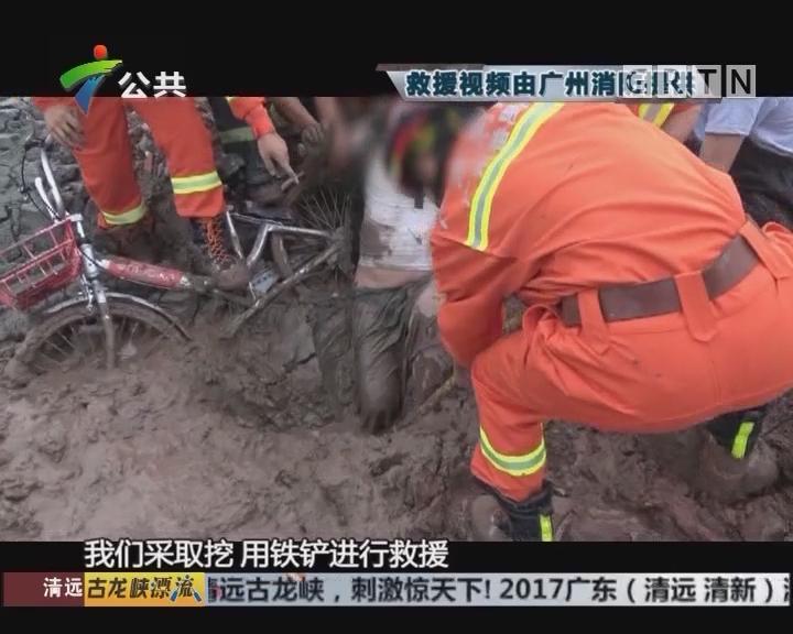 老人陷泥潭被困5小时 消防徒手挖泥救人