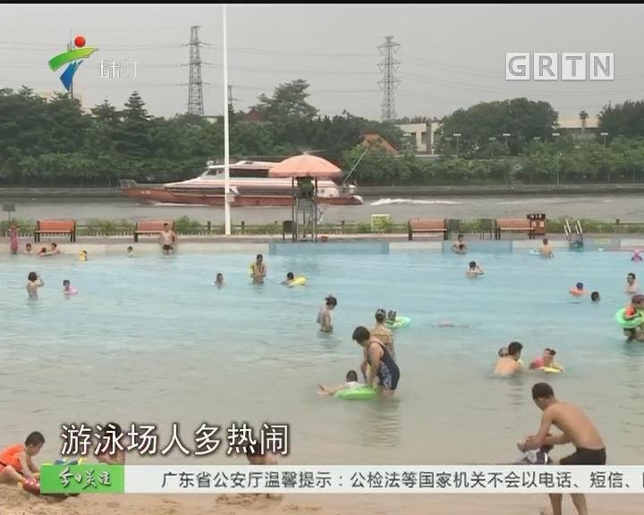 天气持续高温 游泳消暑人气旺