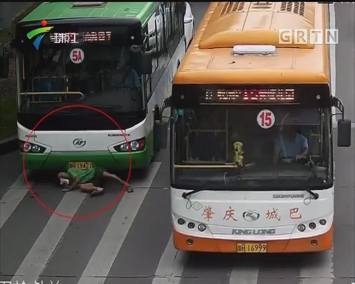 肇庆:男子为抗法执法 拦公交钻车底