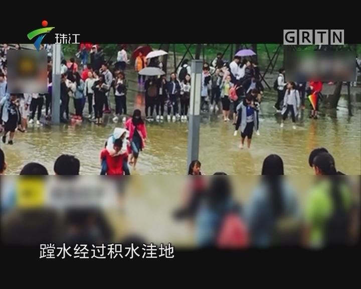 贵州高校保洁员背大学生趟水引争议