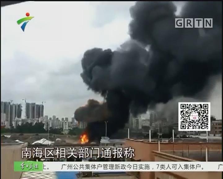 南海:汽车用品仓库失火 消防员迅速扑灭