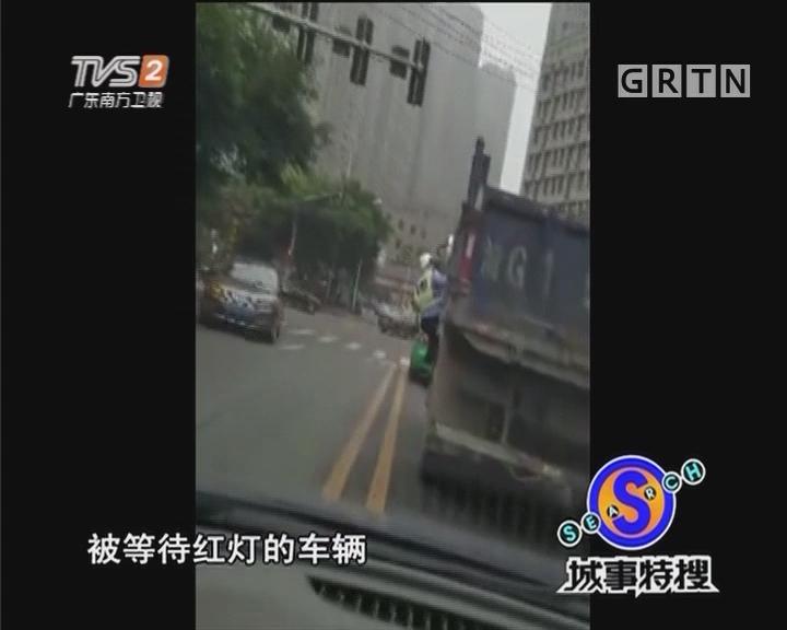 路遇检查司机不理智 挂着交警一路狂奔