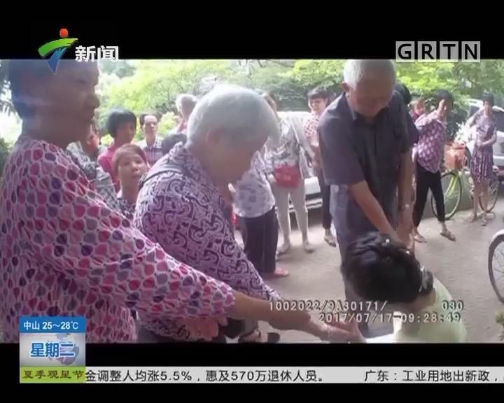 梅州:女子晕倒 热心阿伯现场救援
