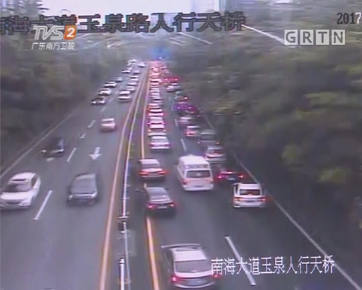 深圳:救护车遇拥堵 千辆车让出生命通道