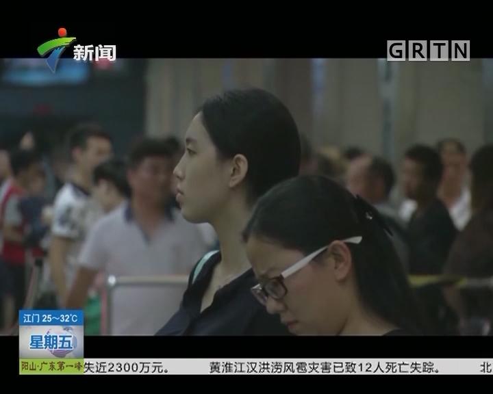 """注意防""""狼"""":男子地铁内疑似偷拍女性裙底被曝光"""