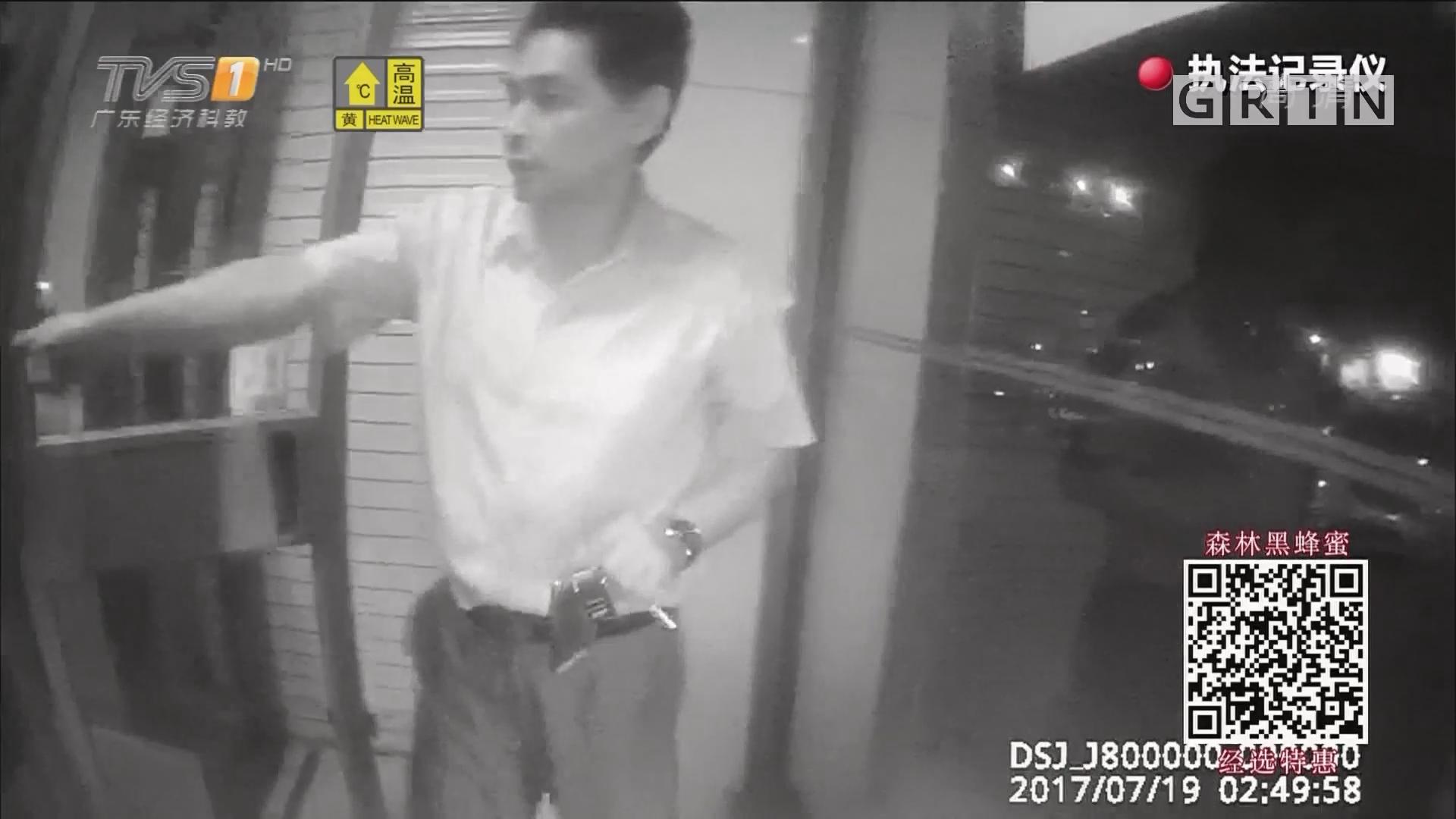 醉酒男子往ATM机倒可乐 称因天热想降温