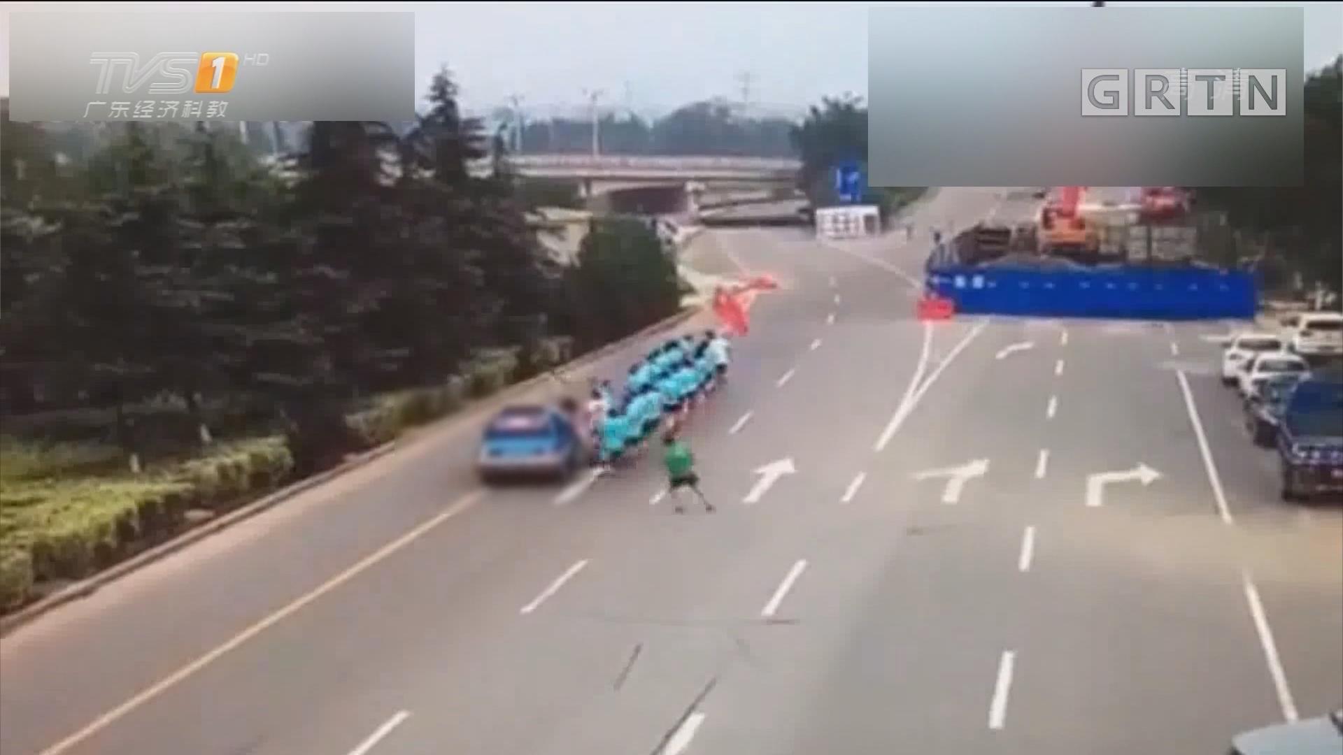 山东临沂:女司机开车冲进晨跑队 一死两伤