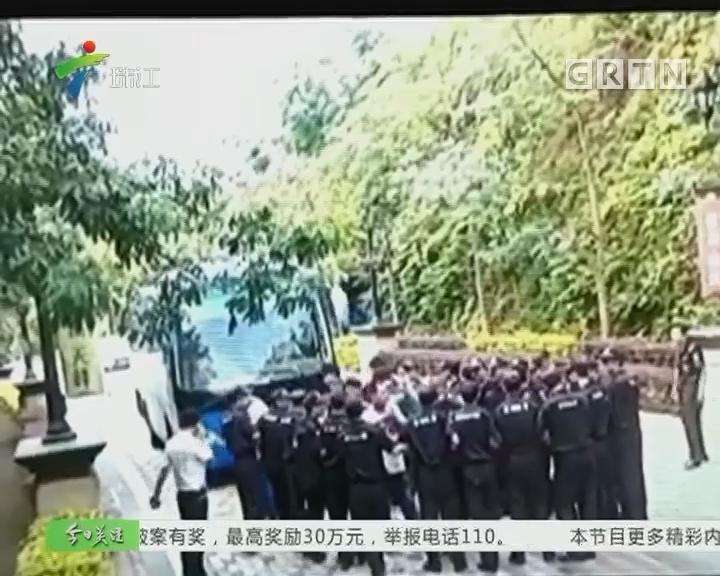 黄埔:物管大巴被堵在小区外 竟因一条桥未验收?