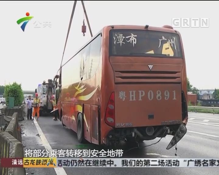 客车撞上防护栏 幸无人伤亡