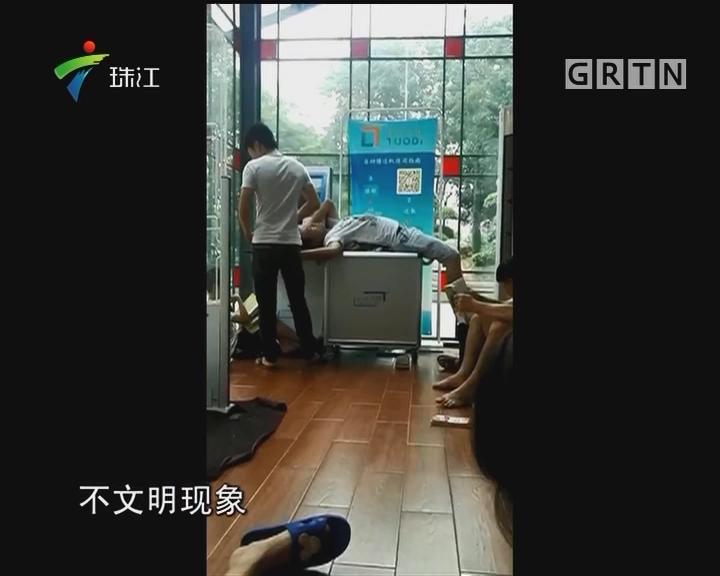 """广州街头便民图书馆 一半空地变成""""大床"""""""
