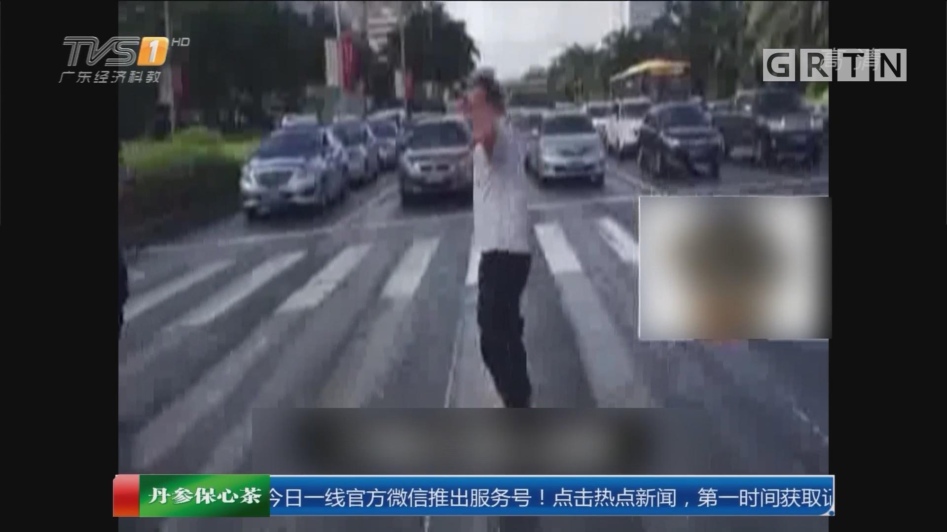 海南海口:路遇交警查车 拒绝配合还尬舞
