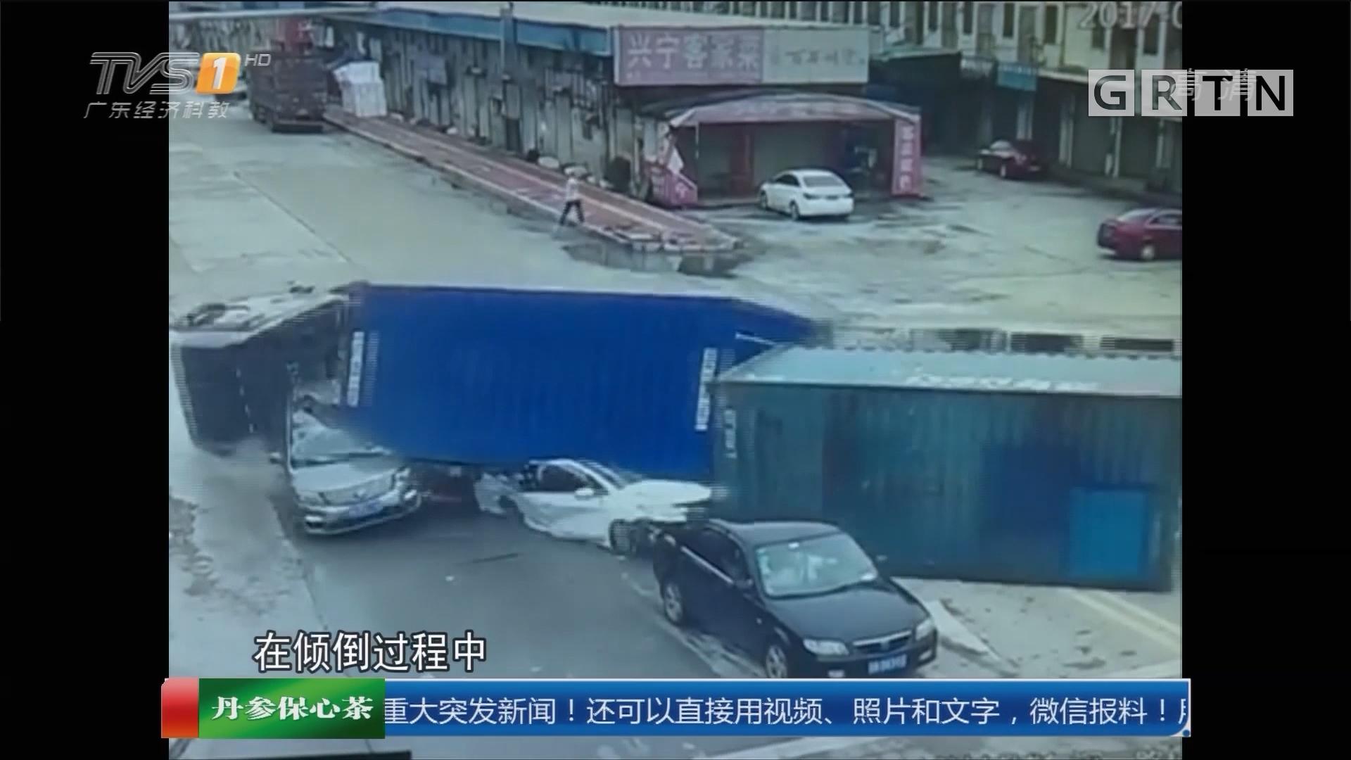 东莞凤岗:拖挂车侧翻 货柜碾压两小车