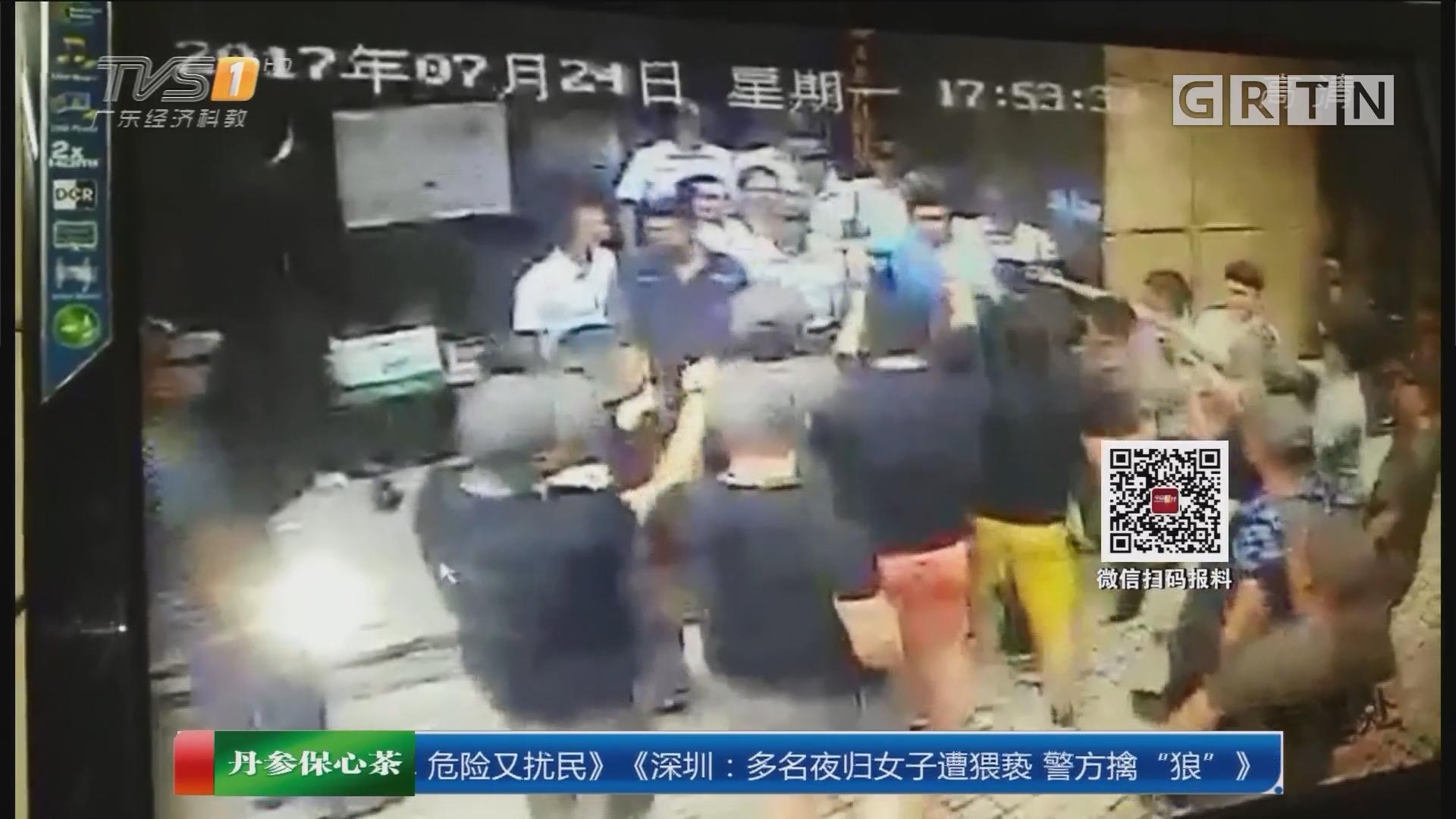 广州麓湖御景小区:数十黑衣男冲进小区 与新物管对峙