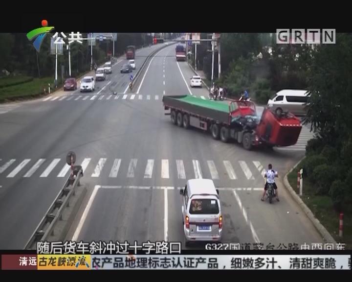 货车司机急刹 驾驶室突然掀翻