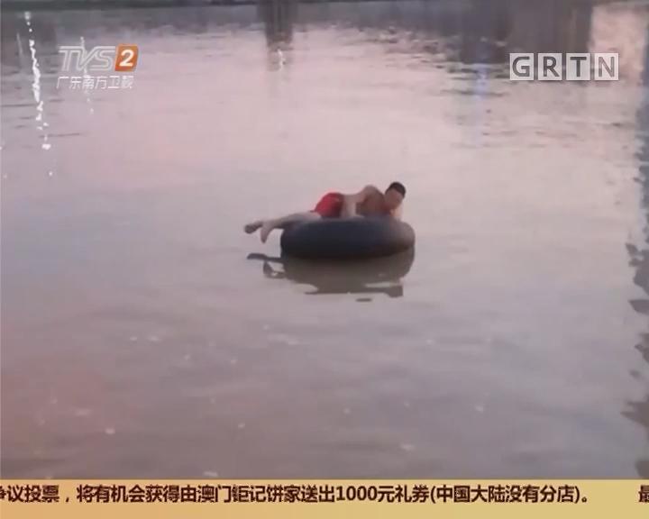 """佛山禅城:河中惊现""""轮胎男"""" 民警搭船相救"""