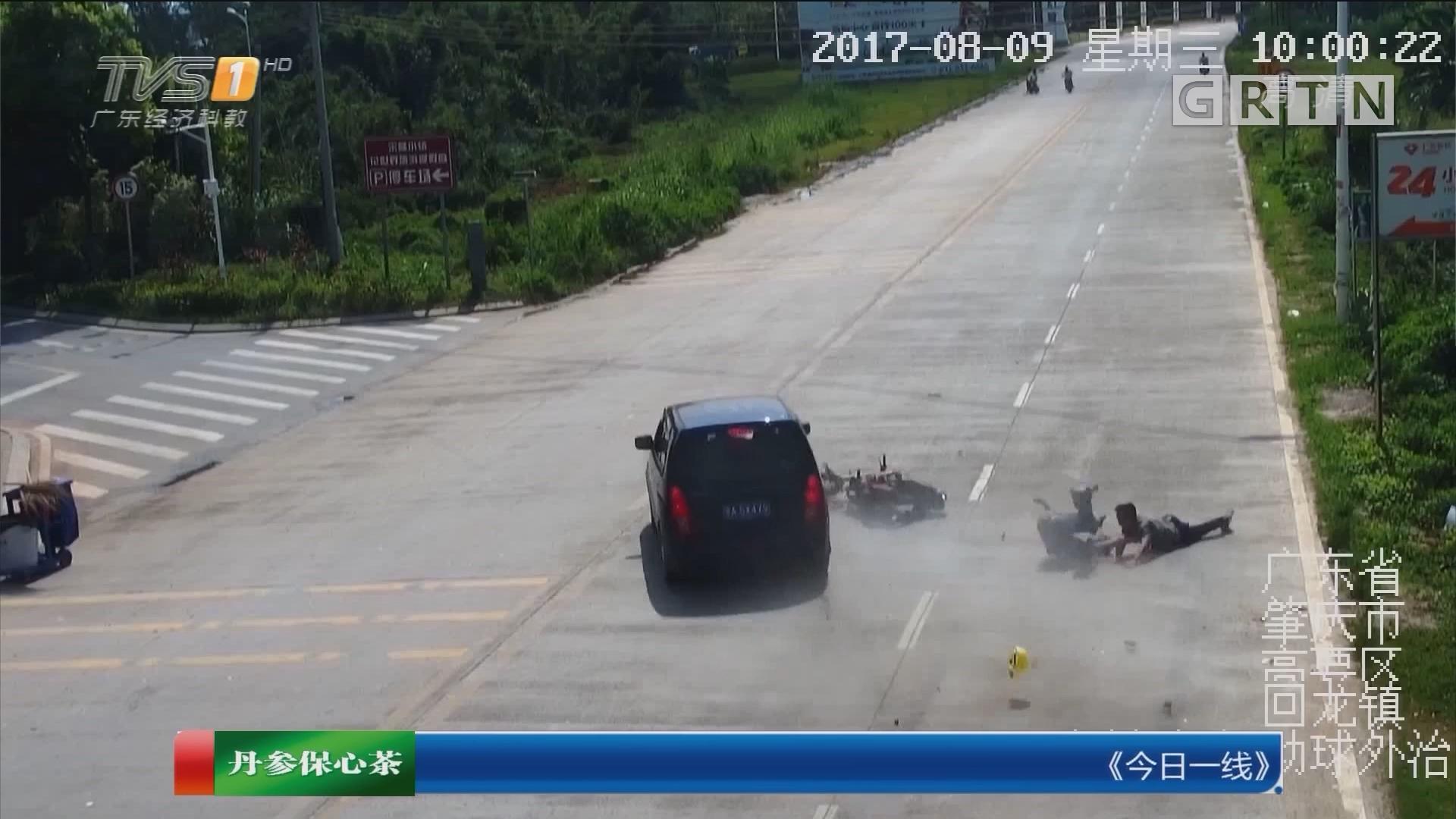 肇庆高要:摩托被小车撞飞20米 街坊齐施救