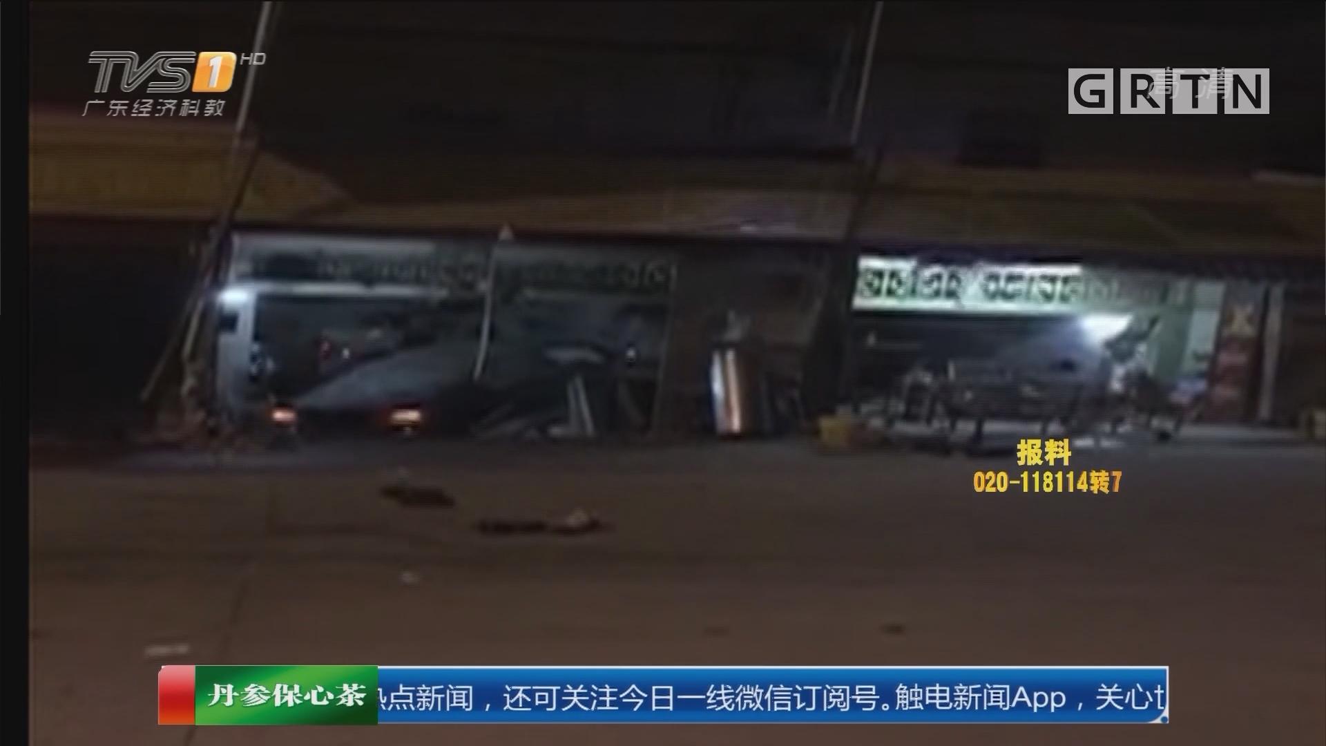 揭阳揭西县:失魂小车破门穿墙 街坊抬车救人