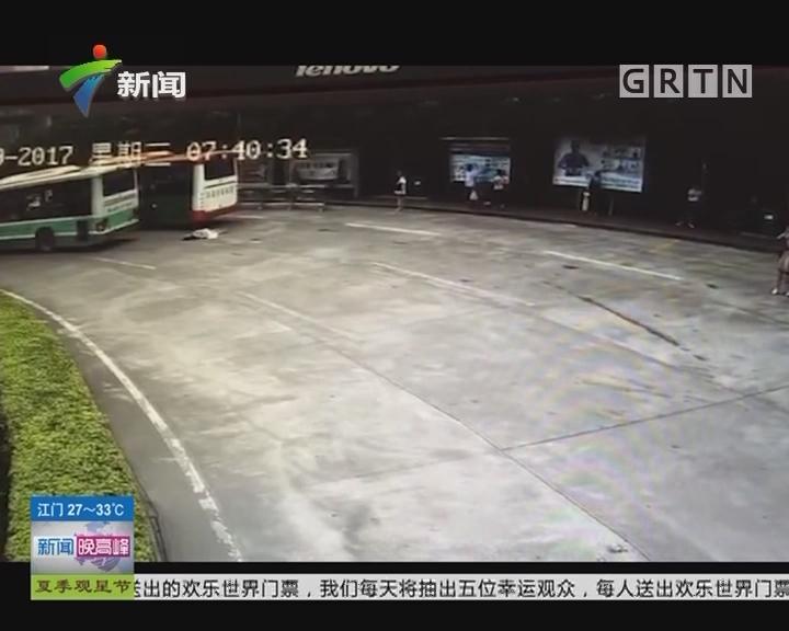 广州 番禺:公交车撞倒女乘客
