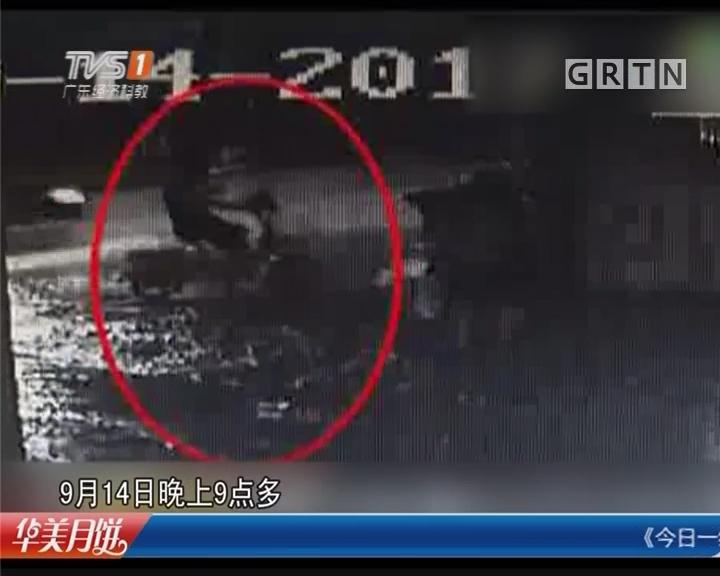 广州天河:暴雨天 男子路边骑车时突然倒下