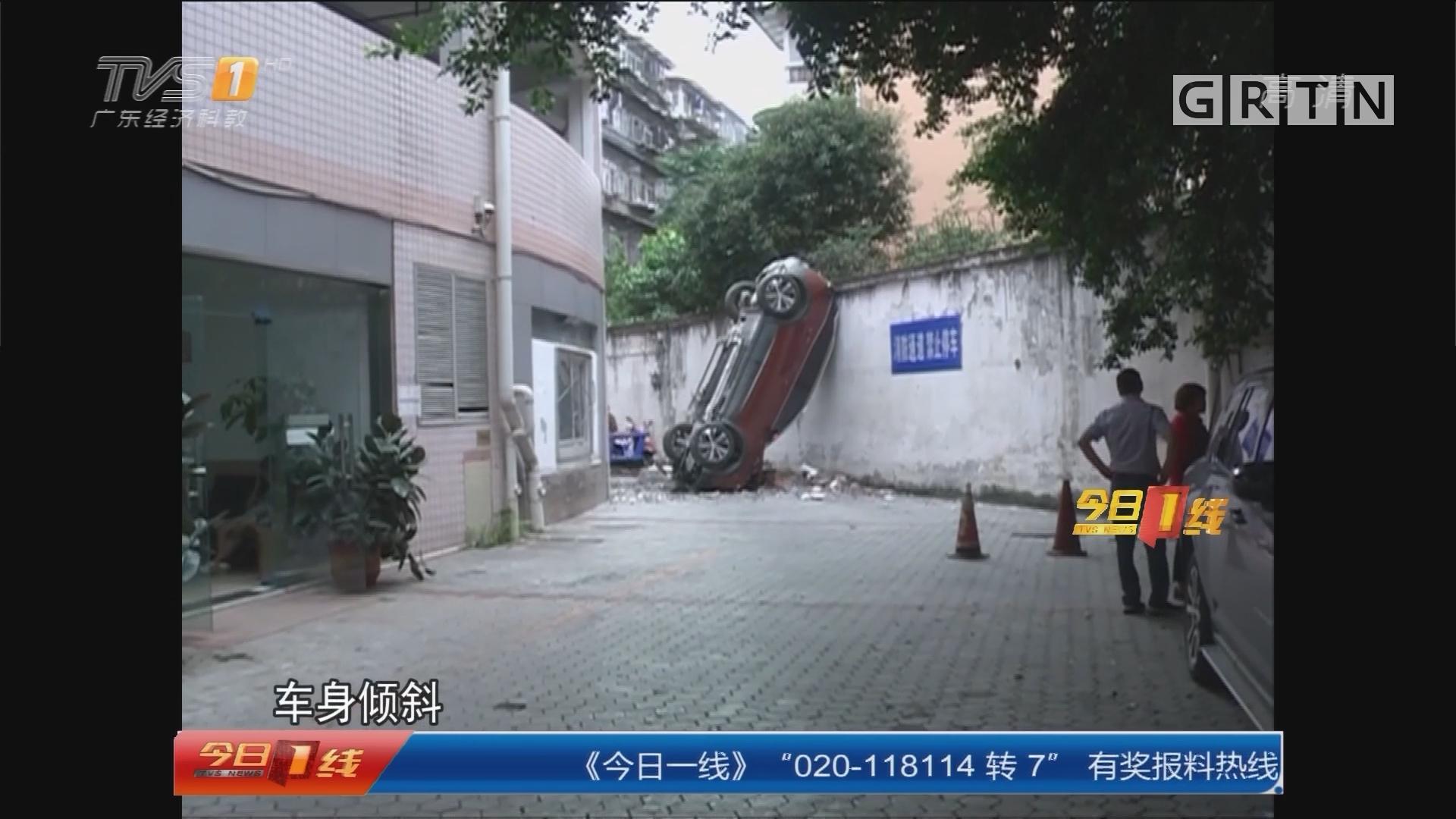 """成都:险!汽车从停车楼""""飞下"""" 幸无人伤"""
