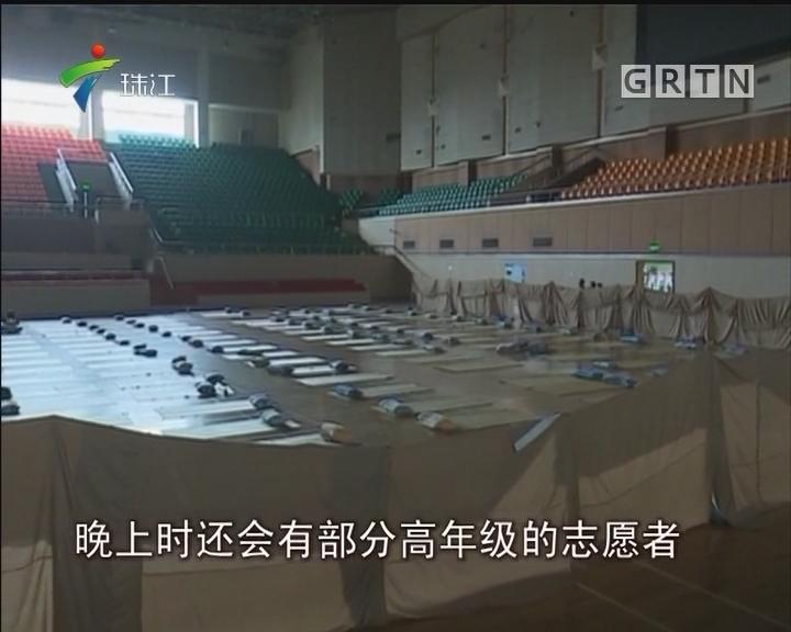 上海大学迎5000新生 校体育馆开放供家长打地铺