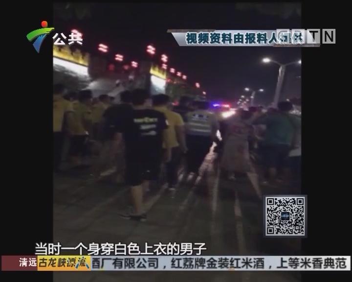 肇庆:外卖骑手围堵大巴 警方快速到场处置