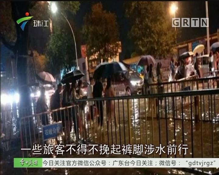 中山:暴雨突袭 防汛人员连夜排涝