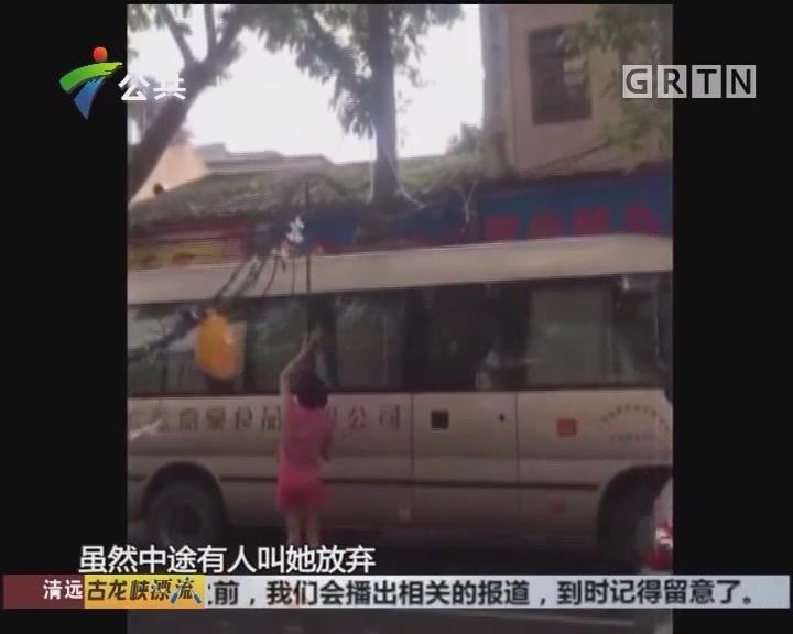 中山:线缆阻碍交通 女子撑缆缓解