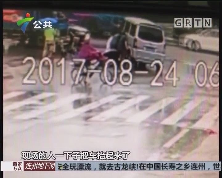 佛山:男子被卷车底 街坊合力抬车救人