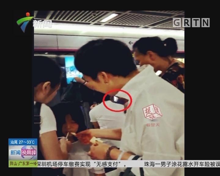湖北武汉:女生地铁晕倒 众人齐帮忙
