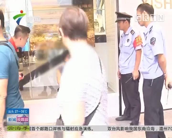 广州:闹市区内一女子疯狂踢垃圾桶