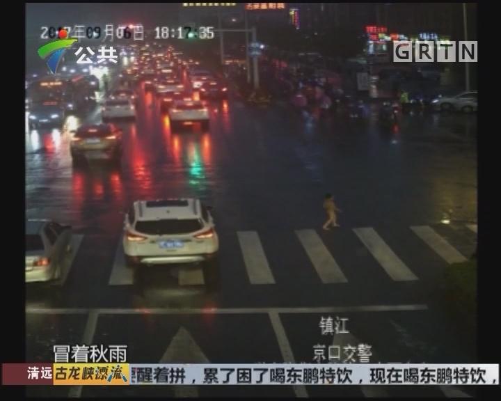 """雨中守护走失男童 """"90后""""交警成网红"""