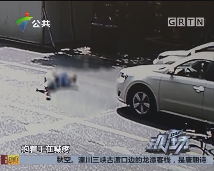 佛山:男子骑单车被撞 医护人员紧急救护