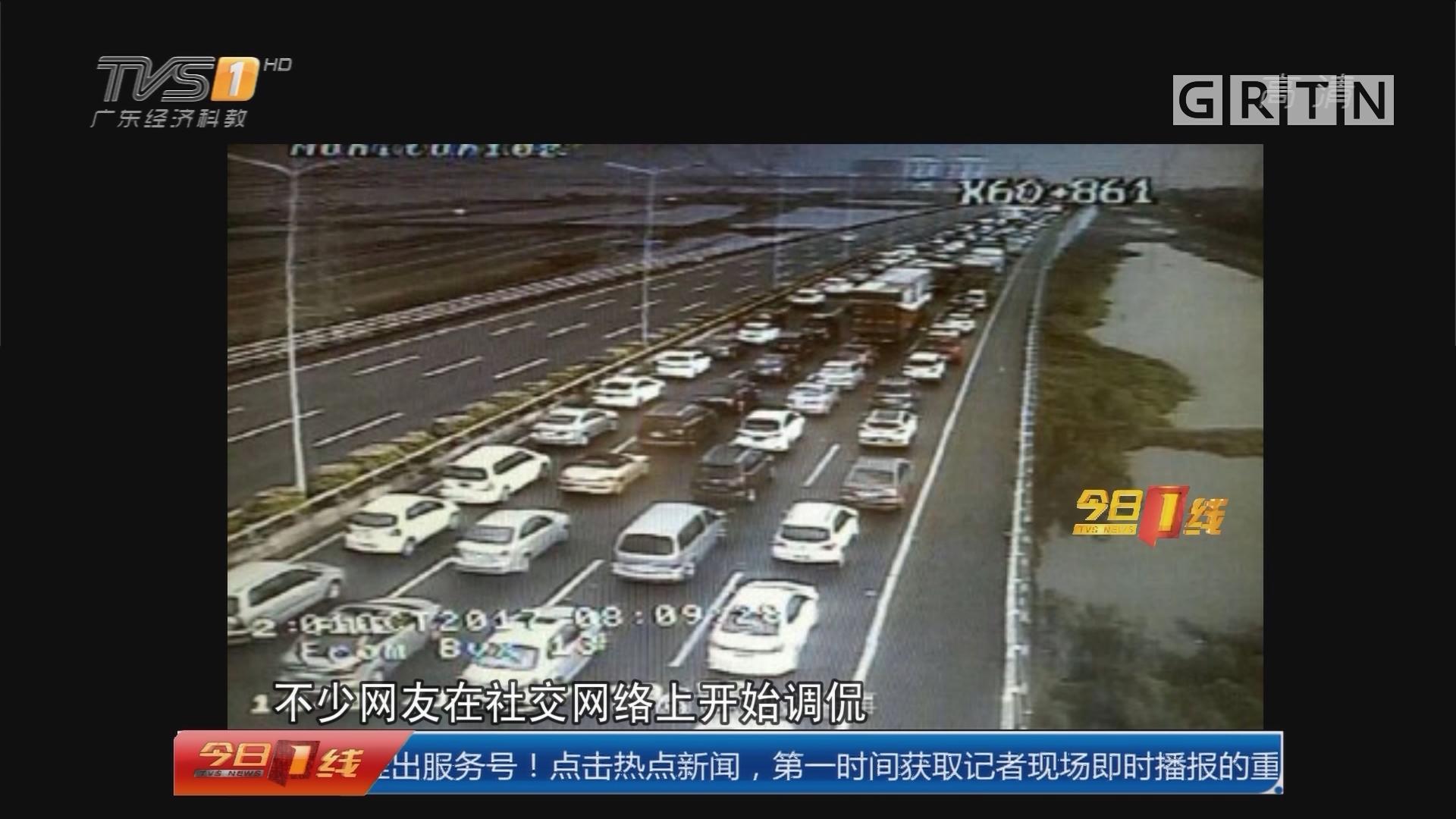 高速过夜:太堵!旅客在高速公路上过夜